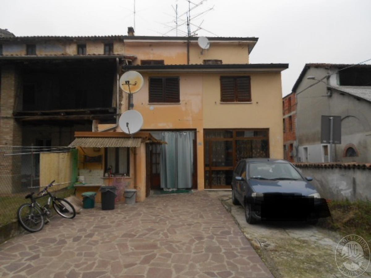 53 2016 abitazione su tre piani con cortile sita in vaiano for Piani casa del cortile