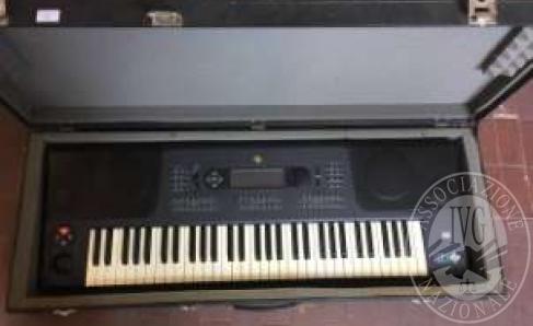 Immagine di Primi 30 lotti tra tastiere, pianoforti, violini, pedalini multieffetto, amplificatori, casse, mixer ed accessori vari